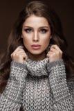 Schönes junges Mädchen mit leichtem Make-up in warmem lizenzfreie stockfotos
