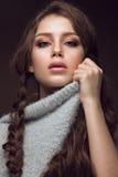 Schönes junges Mädchen mit leichtem Make-up in warmem lizenzfreie stockfotografie