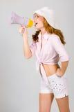 Schönes junges Mädchen mit Megaphon über Weiß Lizenzfreies Stockfoto