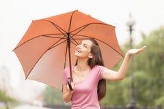 Schönes junges Mädchen mit orange Regenschirm Stockbild