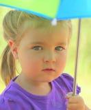 Schönes junges Mädchen mit Regenschirm stockfotos