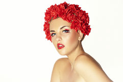 Schönes junges Mädchen mit roten Blumen stockbild