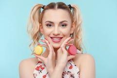 Schönes junges Mädchen mit süßem ungesundem Lebensmittel Stockfoto