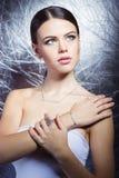 Schönes junges Mädchen mit schönem stilvollem teurem Schmuck, Halskette, Ohrringe, Armband, Ring, filmend im Studio Lizenzfreie Stockfotos