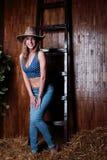 Schönes junges Mädchen mit tragendem Cowboyhut des blonden Haares Stockfotografie