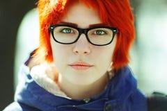 Schönes junges Mädchen mit Tunnels auf der Straße Stockfotos