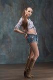 Schönes junges Mädchen mit zufälliger Art Lizenzfreie Stockfotografie