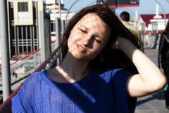Schönes junges Mädchen in nur seinem lizenzfreie stockfotografie