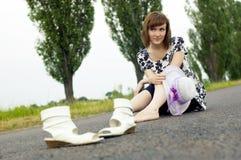 Schönes junges Mädchen sitzt in einem Hut Stockfotografie