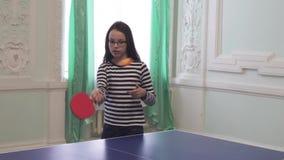 Schönes junges Mädchen spielt Tischtennis-Vorratgesamtlängenvideo stock video footage