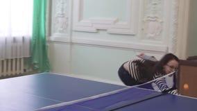 Schönes junges Mädchen spielt Tischtennis-Vorratgesamtlängenvideo stock video