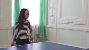 Schönes junges Mädchen spielt Tischtennis-Vorratgesamtlängenvideo stock footage