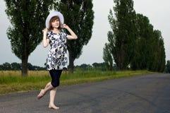 Schönes junges Mädchen steht in einem Hut Lizenzfreie Stockfotografie