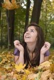 Schönes junges Mädchen und fallendes Blatt Lizenzfreies Stockfoto