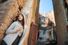 Schönes junges Mädchen und großer Buddha Stockbild