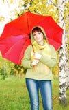 Schönes junges Mädchen und Regenschirm. stockfotografie