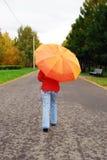 Schönes junges Mädchen und Regenschirm. stockfoto