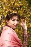Schönes junges Mädchen unter Baum lizenzfreie stockfotografie
