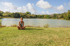Schönes junges Mädchen, Wiese und See in San- Andresinsel colo Stockbild