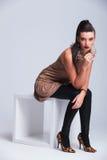 Schönes junges Modefrauensitzen stockbild