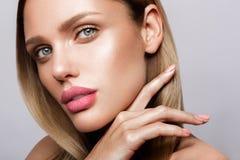 Schönes junges Modell mit den rosa Lippen Nackte Maniküre lizenzfreies stockbild