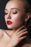 Schönes junges Modell mit den roten Lippen und dem blonden Haar lizenzfreie stockfotos