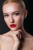 Schönes junges Modell mit den roten Lippen und dem blonden Haar stockfotografie