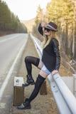 Schönes junges per Anhalter fahrendes Mädchen stockfotos