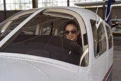 Sch?nes junges Pilotin-Looking Through The-Cockpitfenster stockbilder