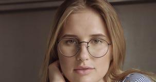 Schönes junges professionellesblondes in der glasseswoman Porträt-Büroart Stockfotos