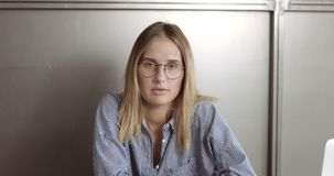 Schönes junges professionellesblondes in der glasseswoman Porträt-Büroart Lizenzfreie Stockfotos