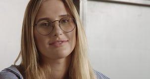 Schönes junges professionellesblondes in der glasseswoman Porträt-Büroart Stockbild