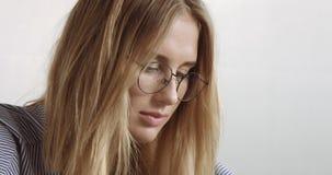 Schönes junges professionellesblondes in der glasseswoman Porträt-Büroart Lizenzfreies Stockfoto
