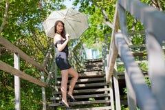 Schönes junges reizvolles Brunettemädchen im Park stockbilder