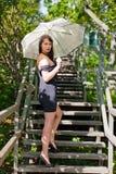 Schönes junges reizvolles Brunettemädchen im Park Stockfoto