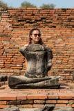 Schönes junges sexy blondes Mädchen mit einer schlanken Zahl der sportlichen Konstitution, die Yoga tut, übt Eignung in der schle Stockbild