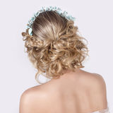 Schönes junges sexy elegantes süßes Mädchen im Bild einer Braut mit dem Haar und den Blumen in ihrem Haar, empfindliches Hochzeit Stockfotos
