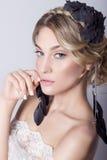 schönes junges sexy elegantes süßes Mädchen im Bild einer Braut mit dem Haar und den Blumen in ihrem Haar, empfindliches Hochzeit Stockfotografie