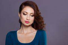 Schönes junges sexy Mädchen mit Locken mit hellem festlichem Make-up, pralle Lippen das Bild zum neuen Jahr, am Weihnachtsabend Stockfotos