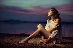 Schönes junges sexy Mode-Modell durch das Meer Stockbilder