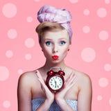 Schönes junges sexy Pin-up-Girl mit überraschtem Ausdruck lizenzfreie stockbilder