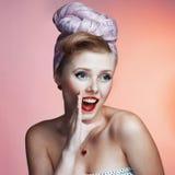 Schönes junges sexy Pin-up-Girl mit überraschtem Ausdruck, auf weißem Hintergrund lizenzfreie stockfotografie