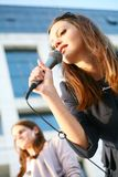 Schönes junges singendes Mädchen Stockfotografie
