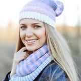 Schönes junges sinnliches blondes Mädchen im Hut und im Schal im kalten wea Lizenzfreies Stockfoto