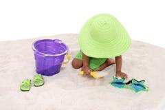 Schönes junges Spielen im Sand Lizenzfreie Stockfotografie
