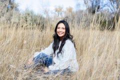 Schönes junges tausendjähriges hispanisches, indianisches, ethnisch gemischtes junge Frauen-Porträt stockfotografie