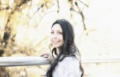 Schönes junges tausendjähriges hispanisches, indianisches, ethnisch gemischtes junge Frauen-Porträt lizenzfreie stockfotos