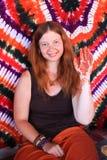 Schönes junges weißes Mädchen auf dem Hintergrund der Mandala zeigt eine Hand mit einem Muster des Hennastrauches stockfoto
