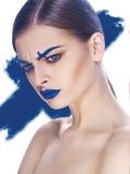 Schönes junges weibliches Gesicht mit mehrfarbigem Make-up der hellen Mode Stockbilder