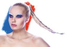 Schönes junges weibliches Gesicht mit mehrfarbigem Make-up der hellen Mode Stockbild